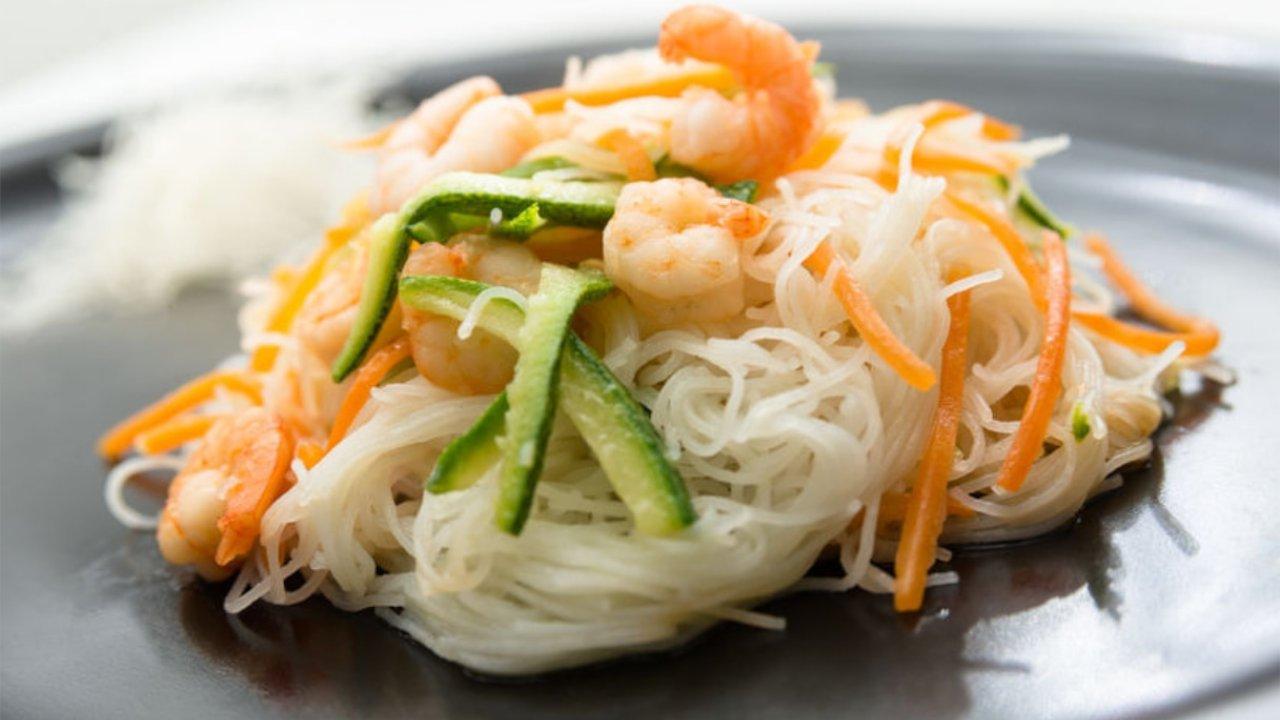 Ricetta Noodles di Konjac con gamberi e zucchine